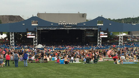A Crowd On The Lawn Of Hollywood Casino Amphitheater St. Louis, Missouri.